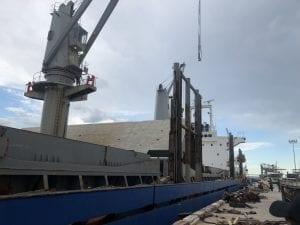 ท่าเรือ กำลังขนถ่ายสินค้า